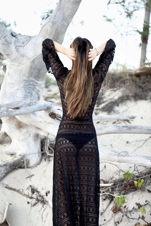 photo 4; Maureen is wearing a black dentelle pinko maxi dress on the beach in Bali at sundown.