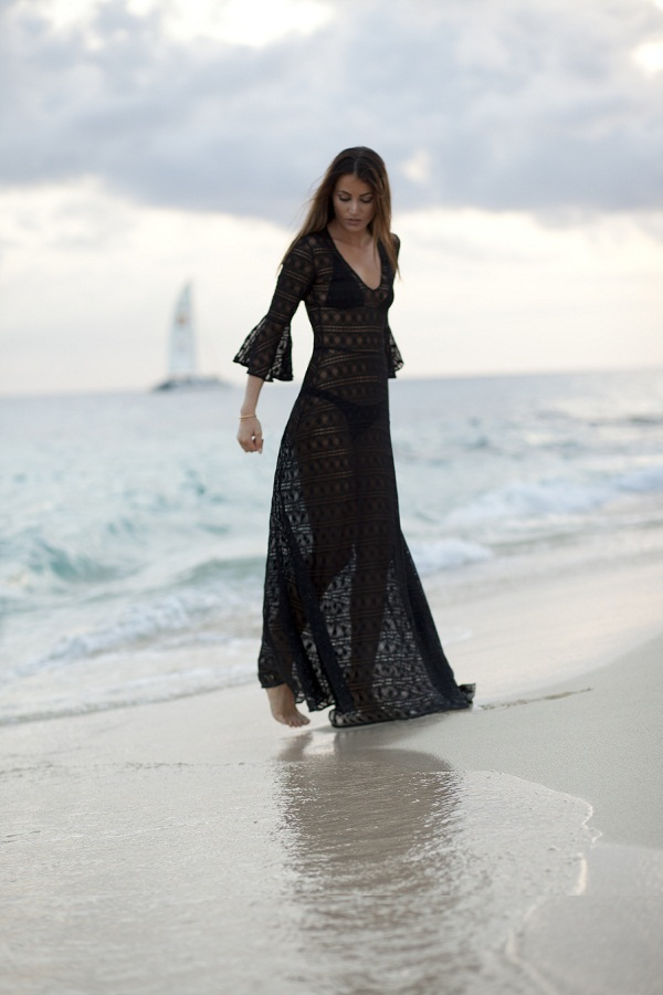 photo 3 : Maureen is wearing a black dentelle pinko maxi dress on the beach in Bali at sundown.