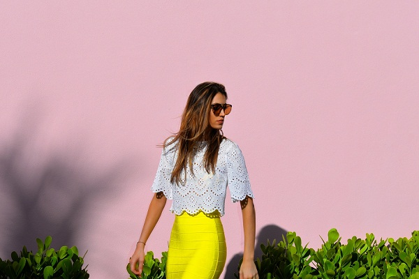 Fashion Blogger Maureen Sophie Kragt takes Miami. Maureen is wearing a crop top by zara and a Herve leger bright yellow skirt. marc jacobs aviator sunglasses. photo (1)