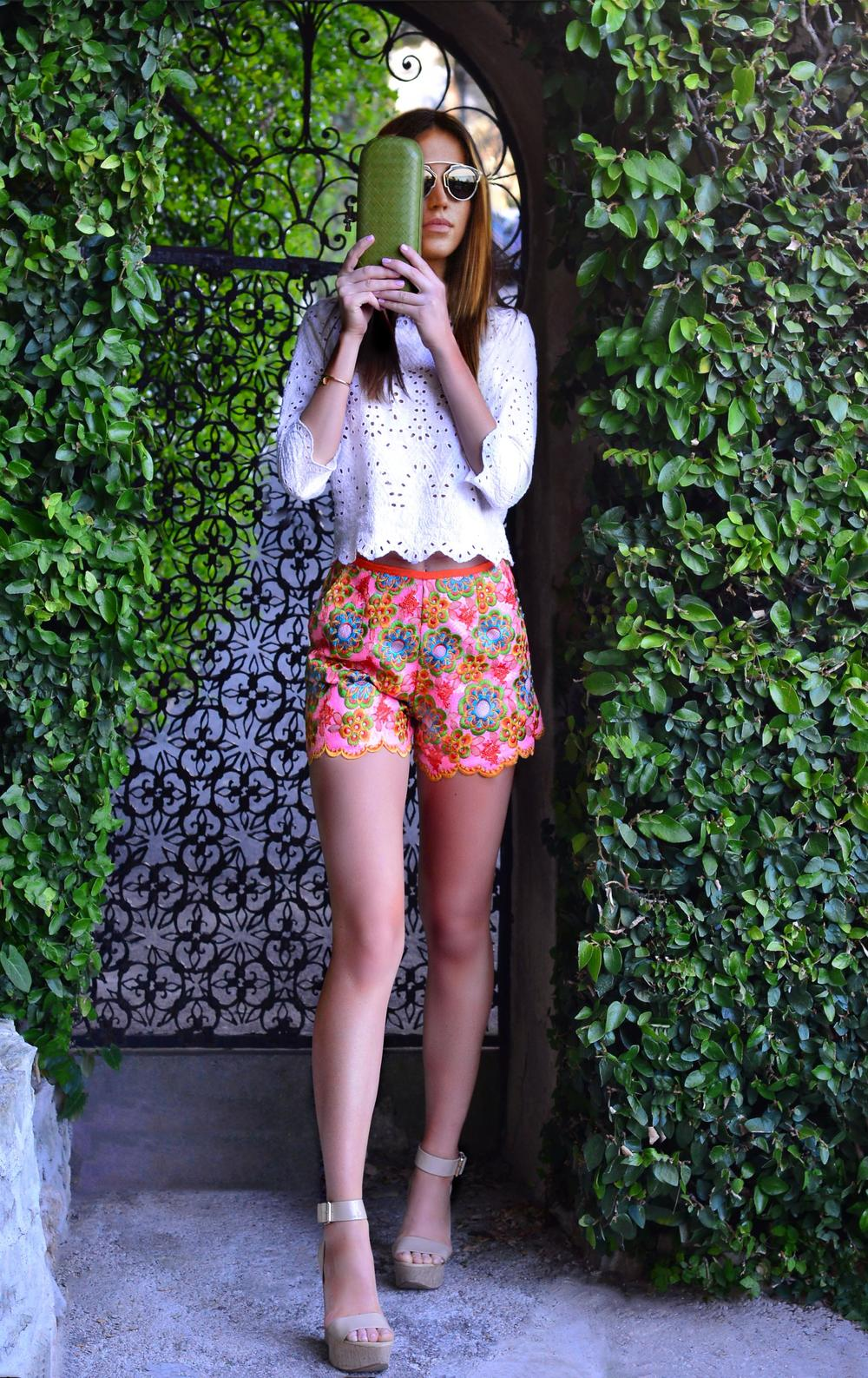 Superb Manoush floral patterns shorts and cream 3/4 crop top worn by fashion blogger Maureen Kragt in South of France (3)