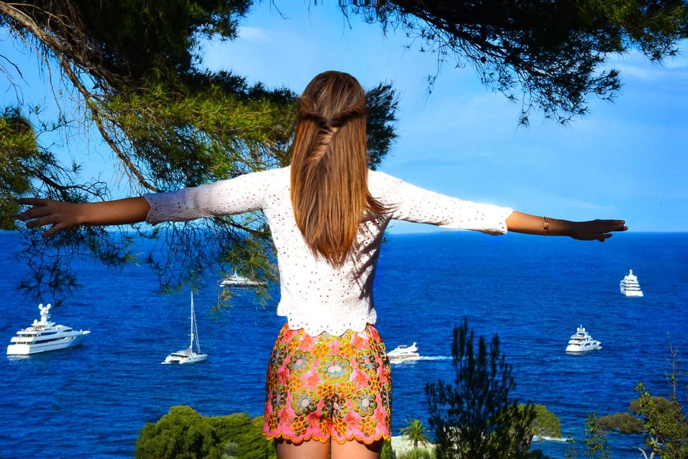 Superb Manoush floral patterns shorts and cream 3/4 crop top worn by fashion blogger Maureen Kragt in South of France (4)