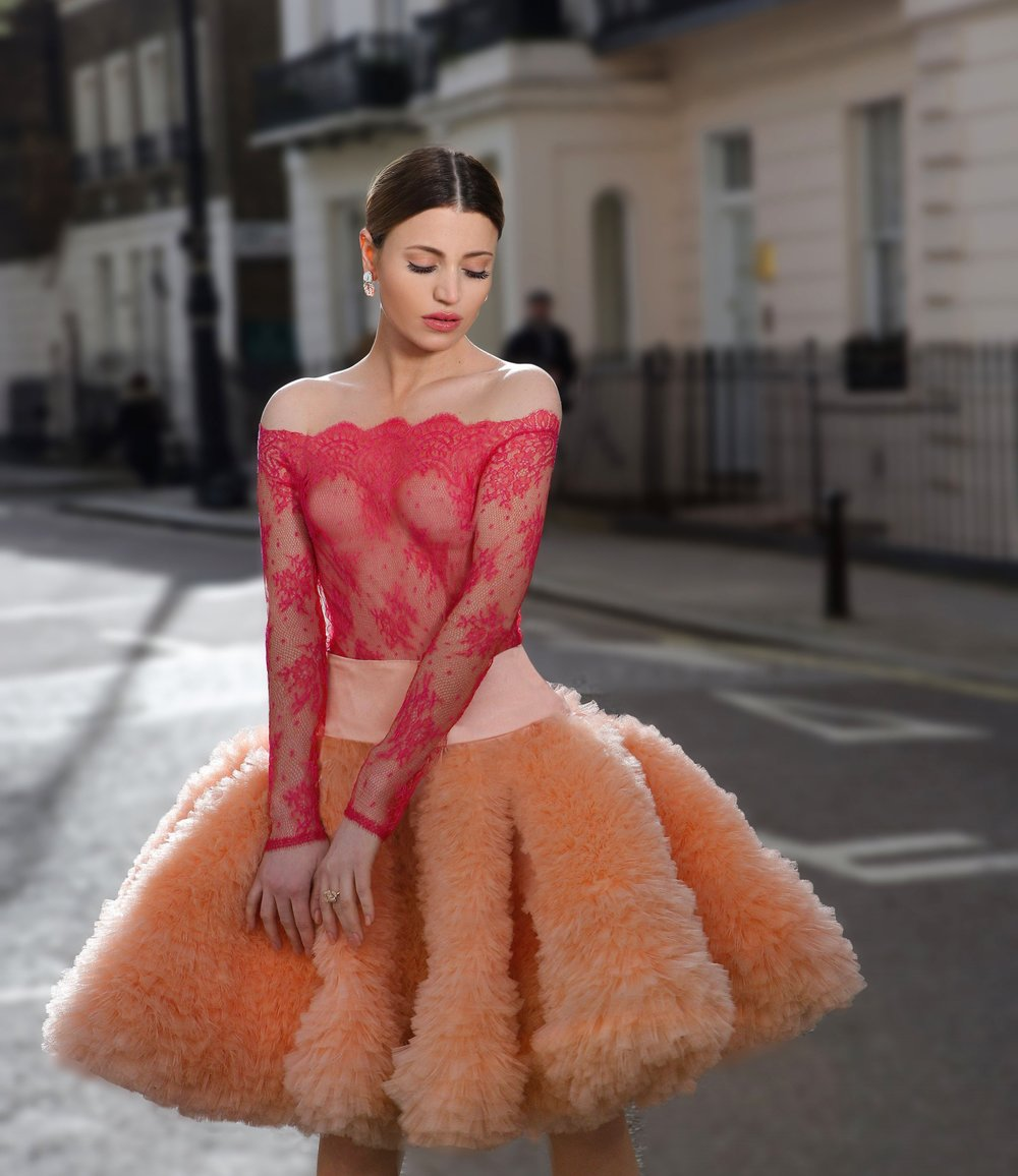 The Tutu transformation from theatre to the streets.  Maureen Kragt retraces the evolution of the tutu throughout the years: from Maria taglioni to Madonna and Sarah Jessica Parker's tutu outfits. Here is my 2017 tutu styled outfit. More full article on www.maureenkragt.com #jooallondon #nevenacouture #ballerina #maureenkragt #sarahjessicaparker #madonna #pink #london