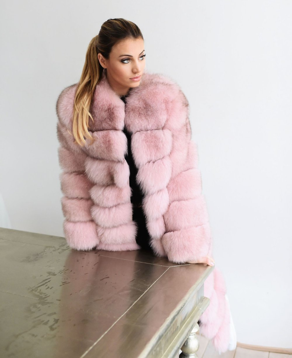 Maureen Kragt London based Fashion blogger and culture editor for the BOEmagazine.com speaks about what it means to start a blog.   maureen is wearing a lola belle powder pink long fur coat.  Discover all her tips on reading the full article on BOEMAGAZINE.COM