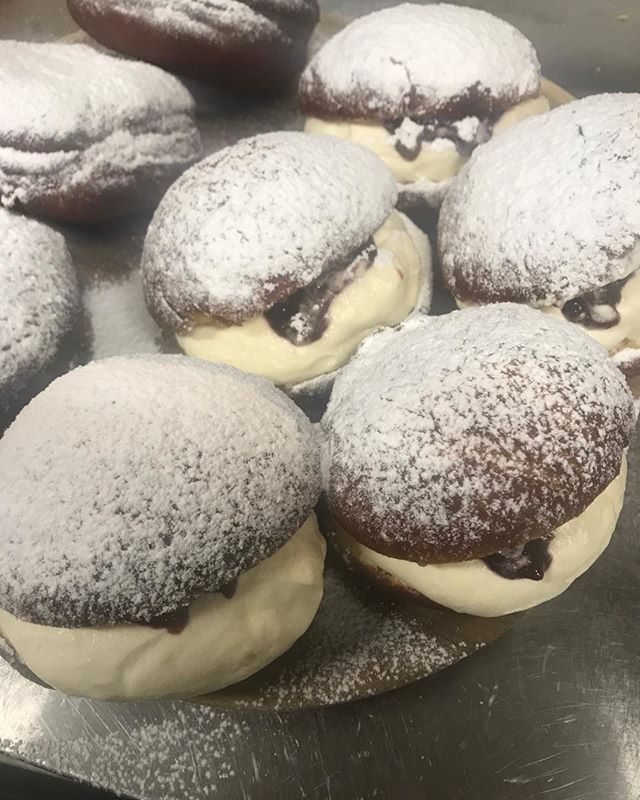 cream and jam donuts👌