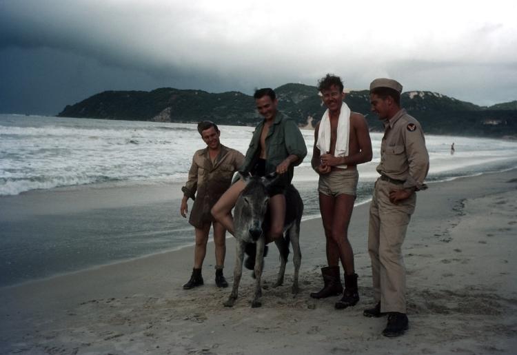 Soldados se divertem na praia de Ponta Negra, na década de 1940. Fotografi  a:Ivan Dmitri - Michael Ochs Archives - Getty Image