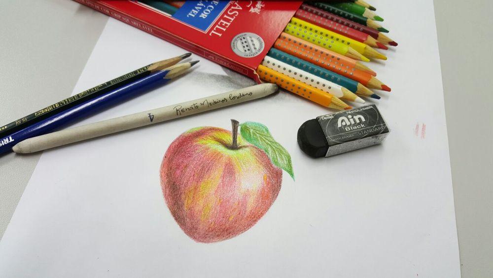 Utilizando as cores em diferentes tonalidades, foi possível reproduzir na imagem a textura da casca da maçã
