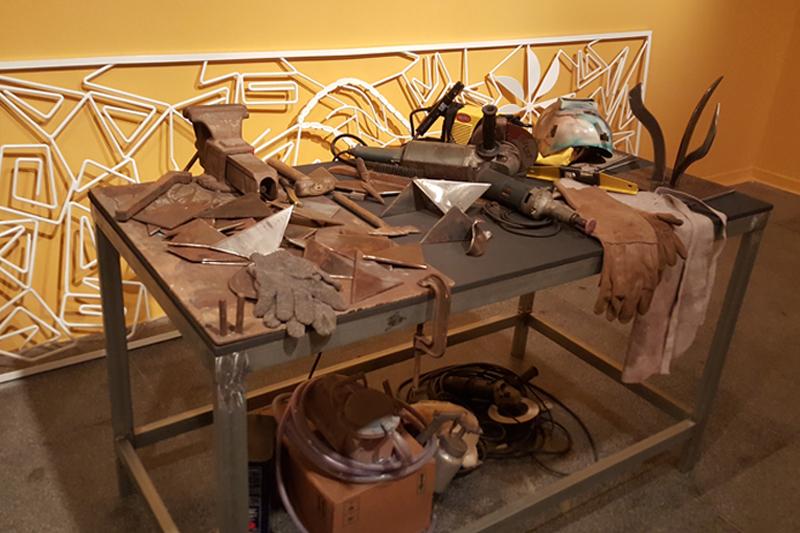 A reprodução do ateliê da artista compartilha ferramentas de trabalho (Fotografia: Renato Medeiros Cordeiro)