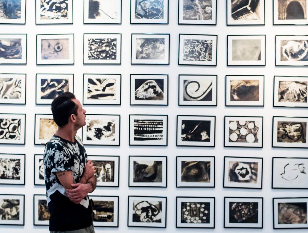 O artista explora fotografia, pintura, desenho, instalação, sempre com uma perspectiva inusitada (Fotografia: Luiz Arraes)