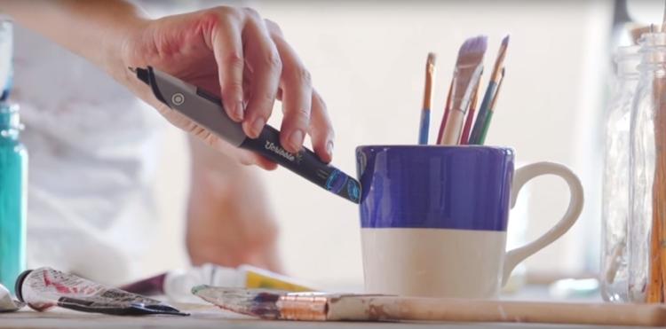 A caneta consegue fazer o  scanner  das cores de objetos físicos, como o tom de azul desta caneca