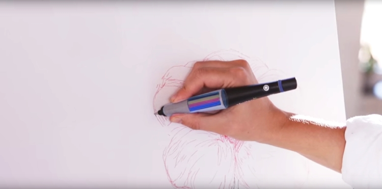 Depois de capturar a tonalidade desejada, uma micro bomba mistura os corantes à base de água e reproduz a mesma cor no papel