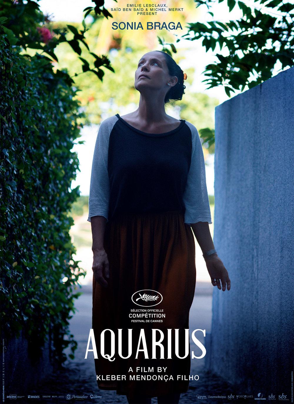 Cartaz internacional de  'Aquarius'  e ao lado a atriz Sônia Braga em uma das cenas do filme.