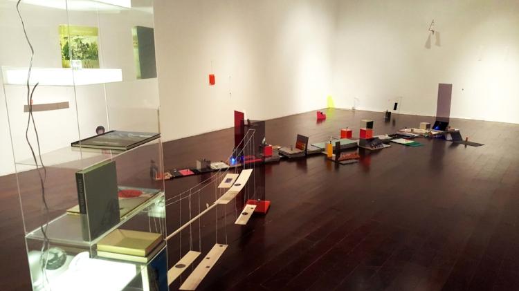 As memórias de Gê Orthof em suas instalações minimalistas   (Fotografia: Renato Medeiros Cordeiro)