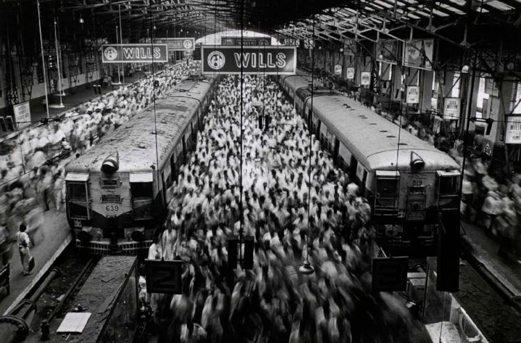 O tráfego intenso de pessoas em uma estação indiana  (  Fotografia: Sebastião Salgado)