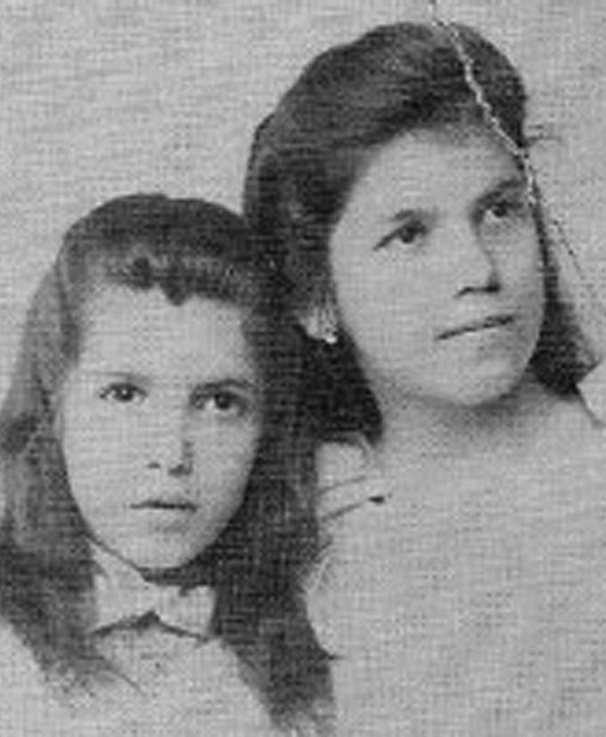 Tarsila aos 12 anos ao lado de sua irmã, Cecília