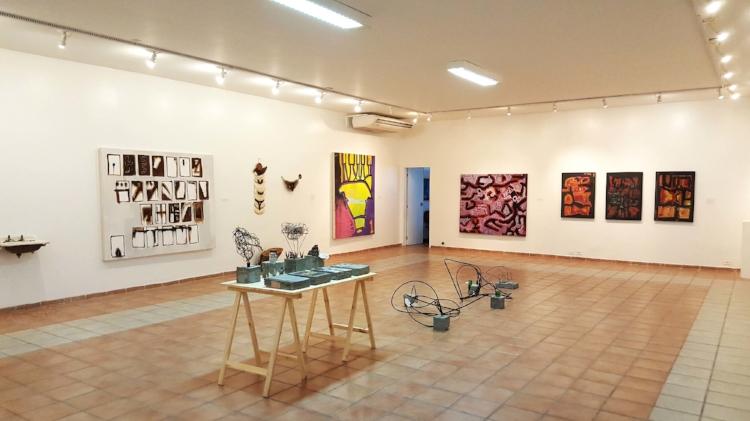Visão geral da exposição  'Estruturas que criamos para reter' , de Leonardo Versieux