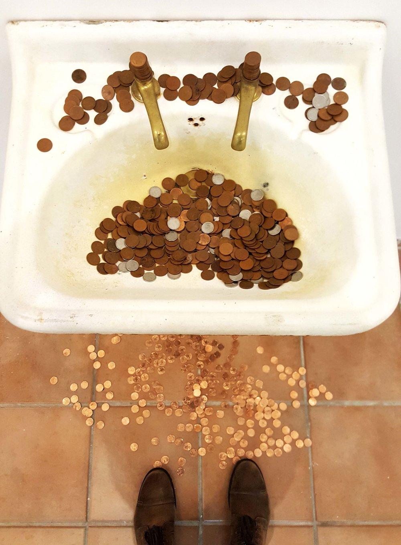 Lavagem de dinheiro? Repare como as moedas no chão são mais brilhantes!