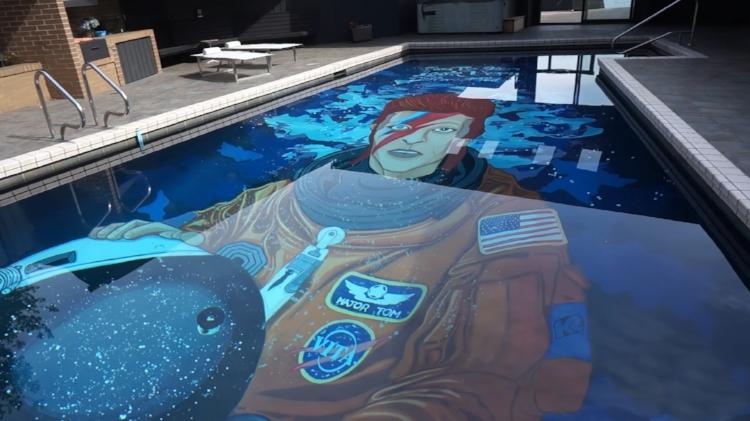 O artista   Ten Hundred  pintou um mural de David Bowie no fundo de uma piscina em Seattle