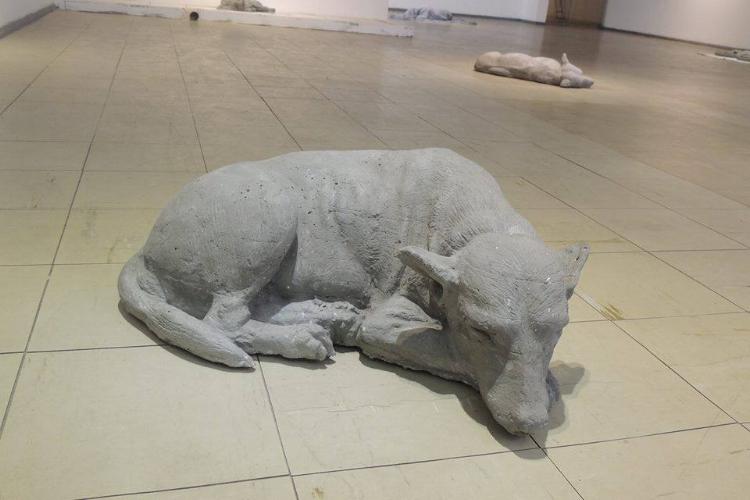 Um dos cães solitários feitos de concreto por Elias Santos