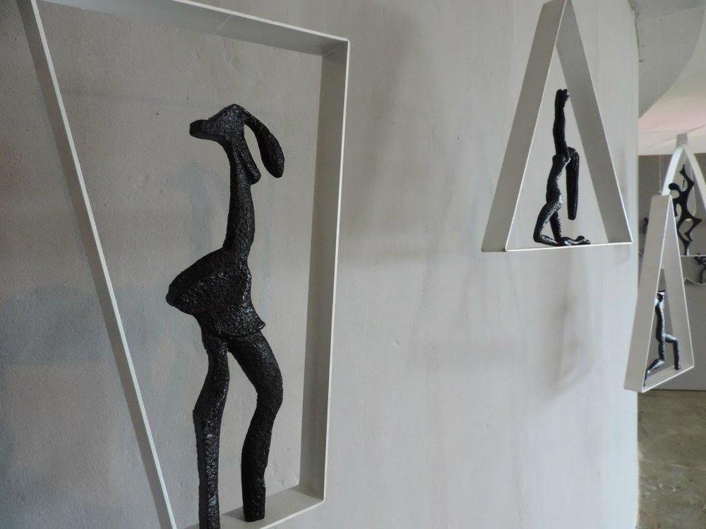 A exposição  'Faces'  está dividida em 3 séries. Ao todo são 90 esculturas