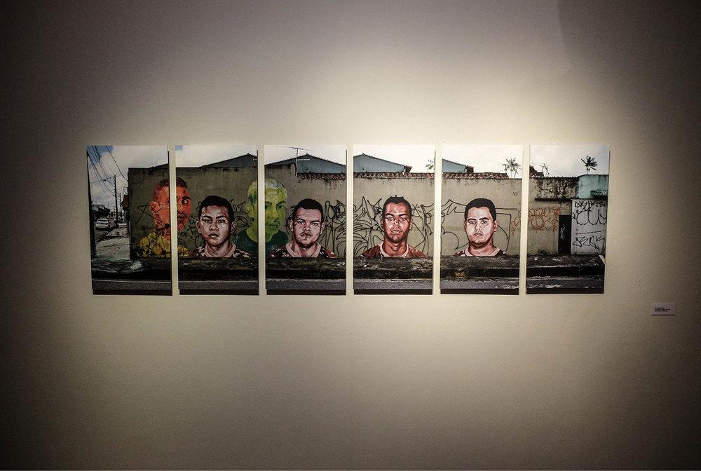A mostra mescla diversas técnicas, como a fotografia e a pintura