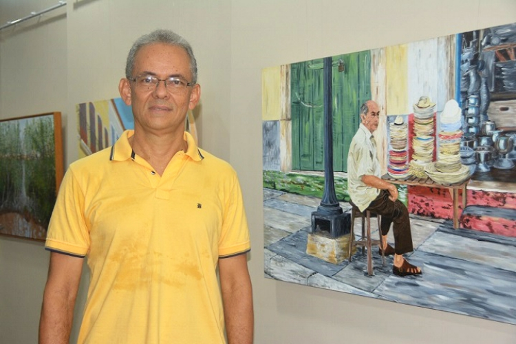 O artista visual Victor Rego com uma das obras da exposição  'Laboratório'