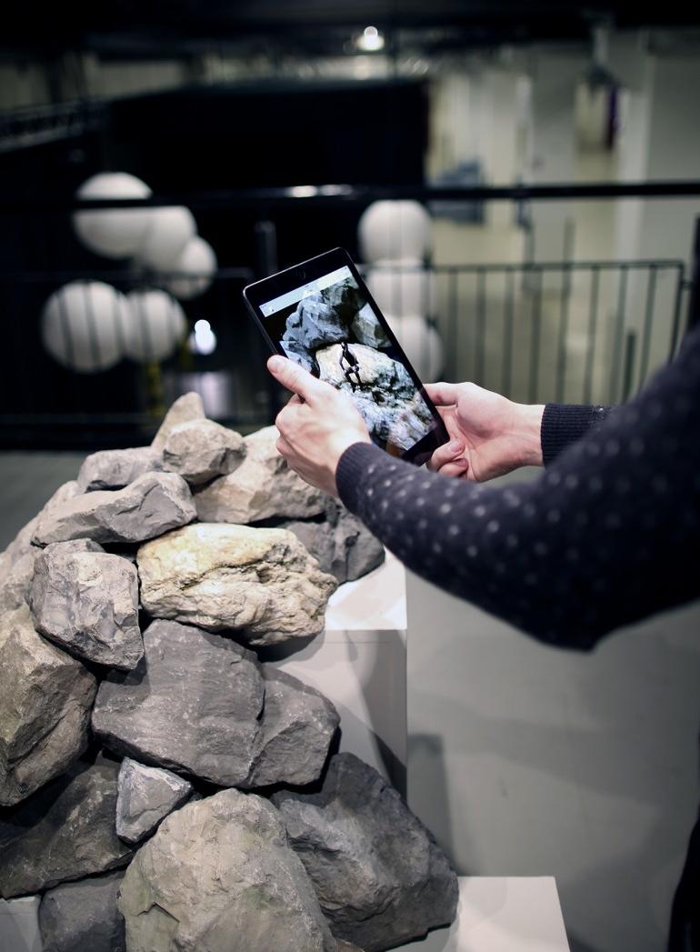 Em  'Fated Ascent' , de Donald Abad, a realidade aumentada amplia as possibilidades de uma instalação