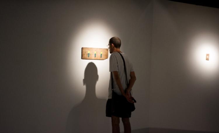 Para essa exposição, Américo usou madeira como suporte e pintou em pequenas dimensões, embora seja conhecido também por pintar grandes murais com  graffiti . Fotografia: Therles Silva
