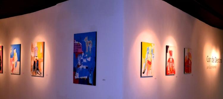 Algumas obras da exposição  'Cor de Dentro' , de Guto Holanda. Fotografia: Sandra Alves