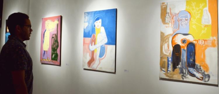 Guto Holanda diante de suas obras. Fotografia: Sandra Alves