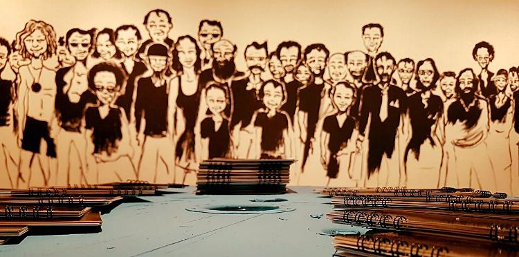 Mural feito por Daniel Contin em uma das paredes da galeria, especialmente para a exposição