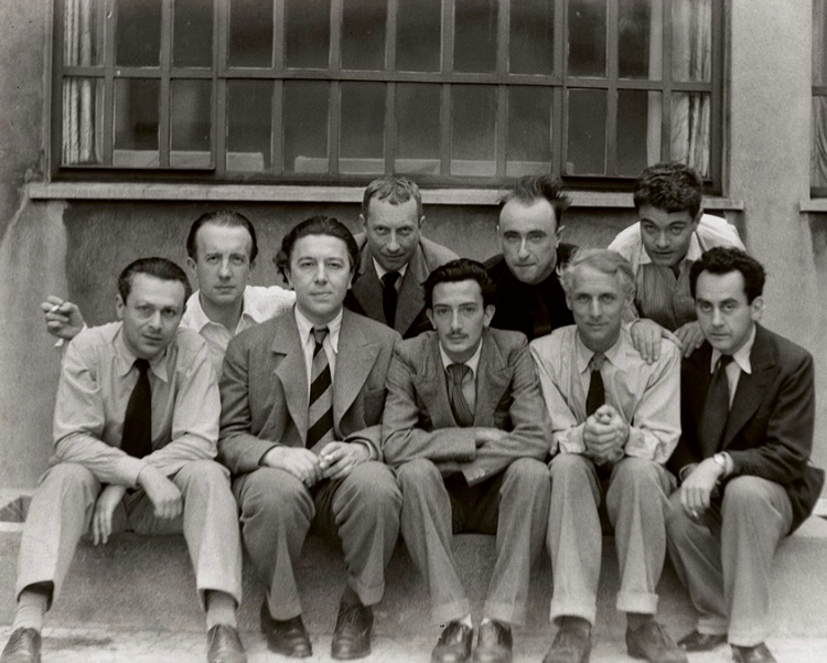 O grupo surrealista, com Salvador Dalí no centro, na linha de frente