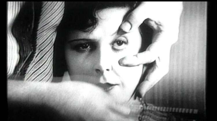 Cena clássica do filme  'Um Cão Andaluz'  (1929), dirigido por Luís Buñuel e Dalí