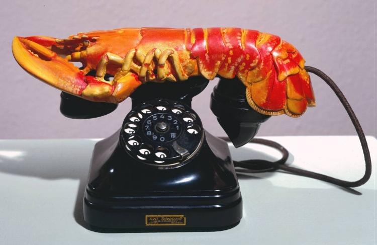 O  'Telefone Lagosta'.  Escultura surrealista, com uma lagosta feita de gesso sobre um telefone comum