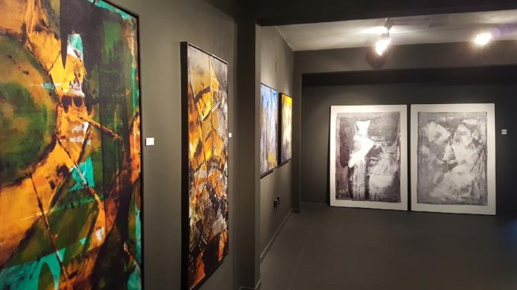 Obras de Patrícia expostas no primeiro piso da Galeria Gamma