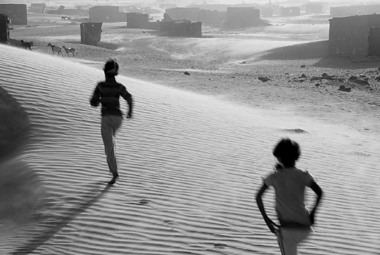 Duas crianças Saarauis correndo pelo deserto do Saara