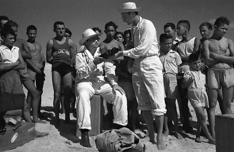 O cineasta americano Orson Welles (sentado) durante passagem pelo Ceará, em 1942. Fotografia: Chico Albuquerque
