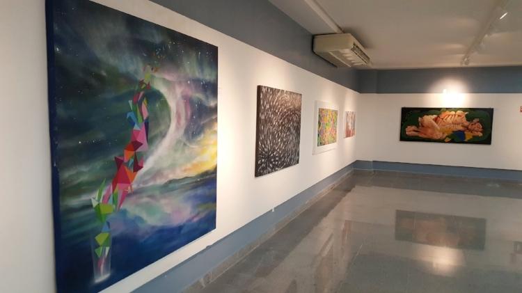 Obras da exposição. Em primeiro plano, a tela  'OSNIs' , de Suel Damasceno