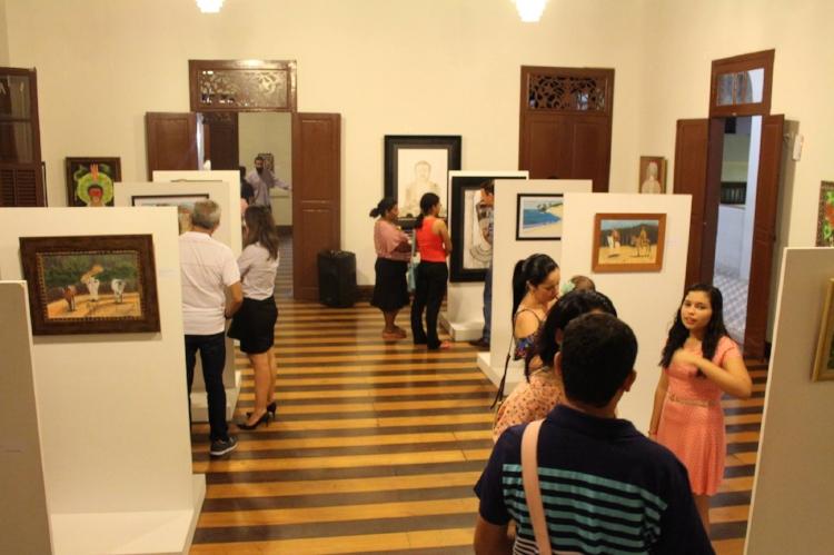 Salão principal da Galeria de Arte IFRN Cidade Alta durante abertura de exposição