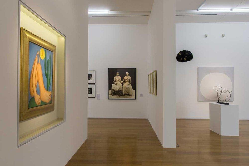 À esquerda: 'Apaporu' , de Tarsila do Amaral. O quadro símbolo da arte moderna brasileira pertence ao acervo permanente do Malba e está em cartaz na exposição ' Verboamérica'