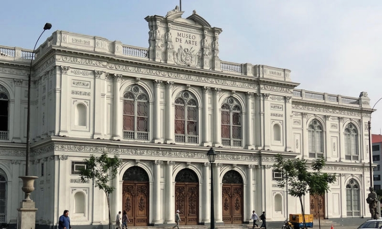 A fachada do Museu de Arte de Lima, em estilo neoclássico