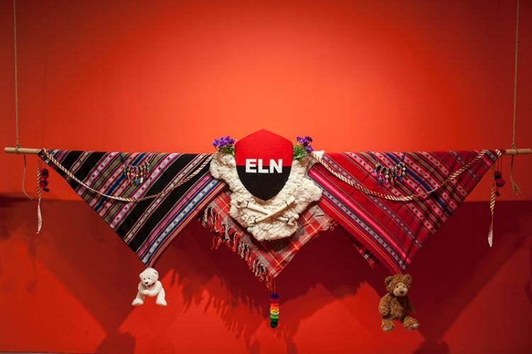 O artista faz um contraponto entre os diferentes grupos guerrilheiros que surgiram na América Latina ao longo do século XX