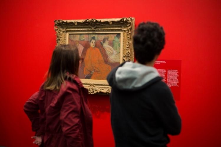 Visitantes contemplam obra de Toulouse-Lautrec no MASP