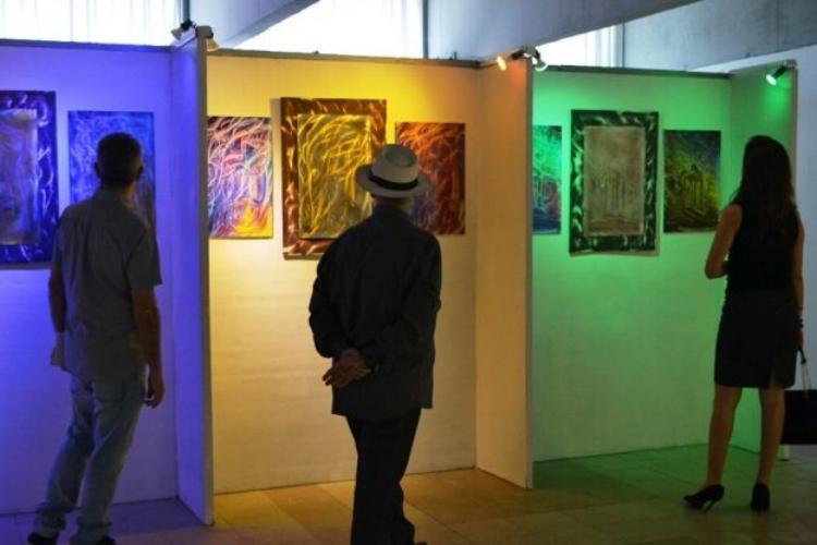 Nesta exposição, as gravuras de Antônio Cruz foram feitas em peças de aço inoxidável