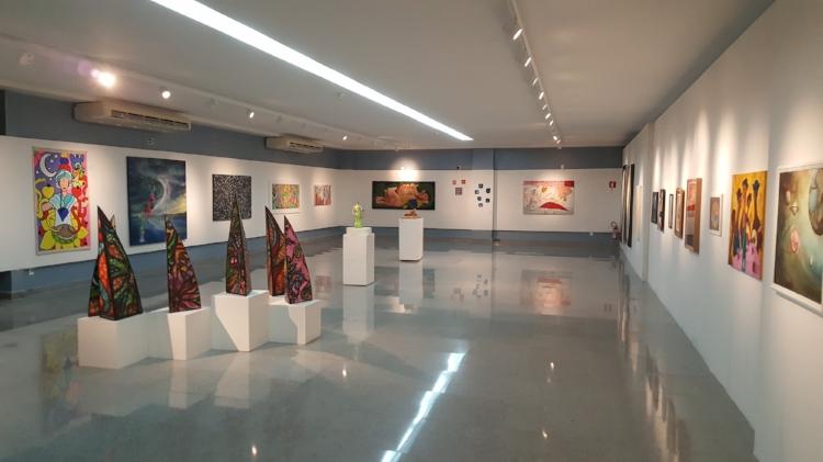 Piso superior da galeria, durante o III Salão de Arte Contemporânea de Alagoas, em 2017