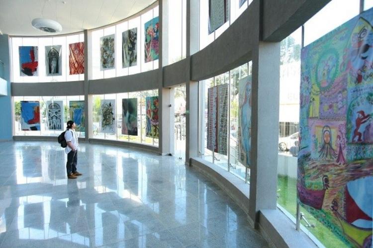 Visitante contempla obras de arte no térreo da Galeria de Artes do Complexo Cultural Teatro Deodoro