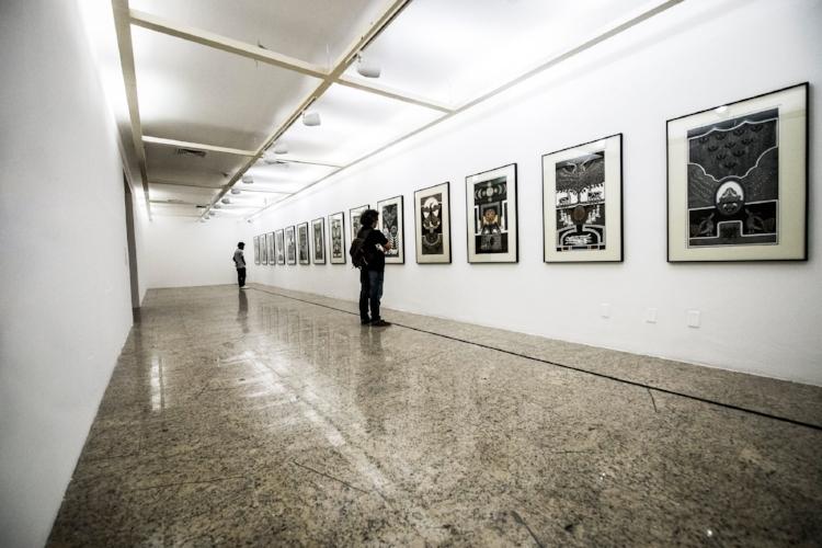 Visitantes contemplam a obra do pernambucano Gilvan Samico. Fotografia: Luiz Alves