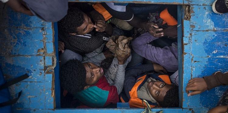 O fotógrafo francês Mathieu Willcocks registrou refugiados presos em um barco que contém mais de 500 pessoas, na costa da Líbia