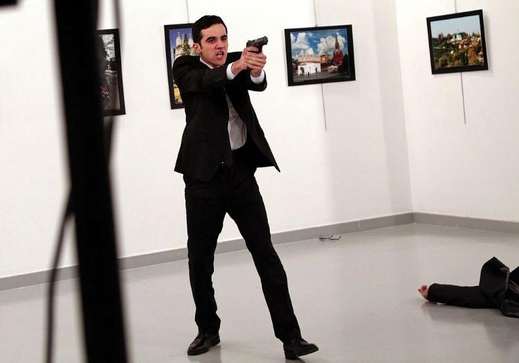 A foto registrada pelo turco Burhan Ozbilici mostra o assassinato do embaixador russo Andrei Karlov, pelo policial Mevlut Mert