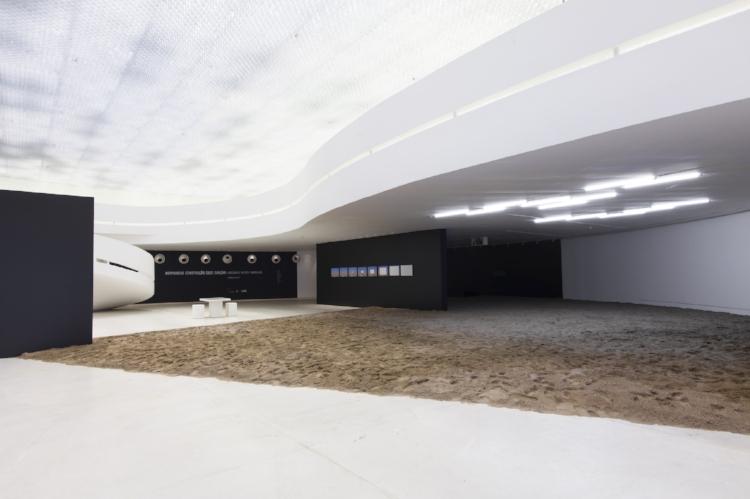 Na instalação  'Oxigênio' , Roberto Vietri reproduziu uma praia no interior da Galeria Janete Costa