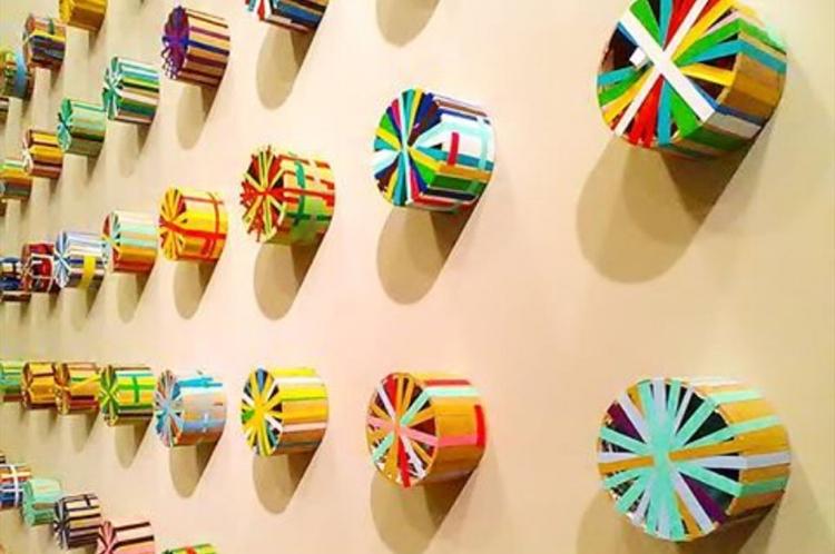 Nesta instalação, o artista deu nova utilidade a rolos de fita adesiva